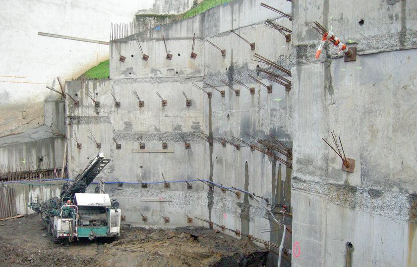 Muro anclado por bataches en Mondragón