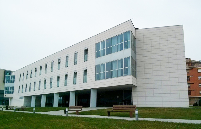 Edificio de hormigón para una residencia en Tafalla